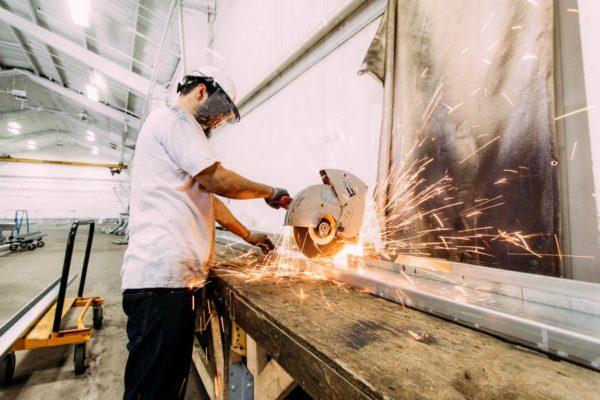 Quelles solutions existent pour diminuer les émissions de polluants dans les ateliers et les industries ?